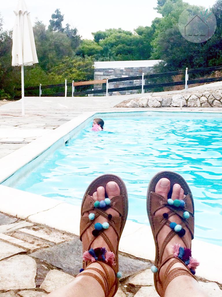 pompony-przy-basenie
