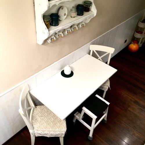 stol-w-kuchni-malowany-blat