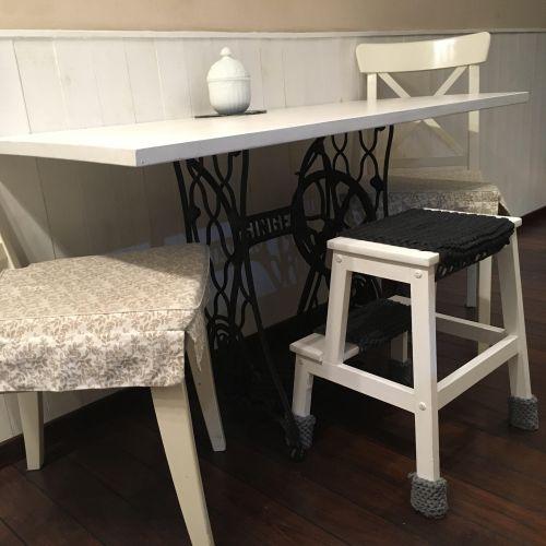stol-w-kuchni-z-nog-od-starej-maszyny