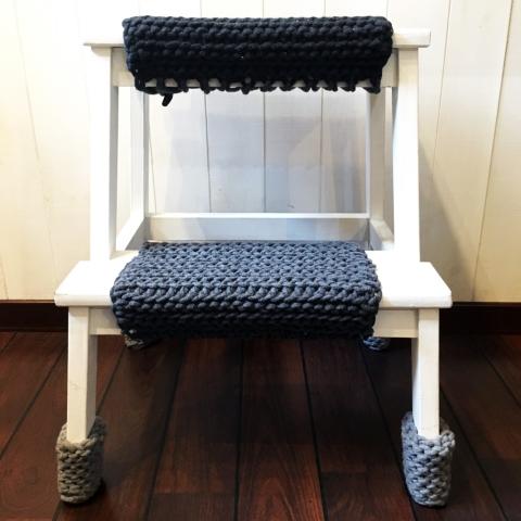 stolek-w-ubranku