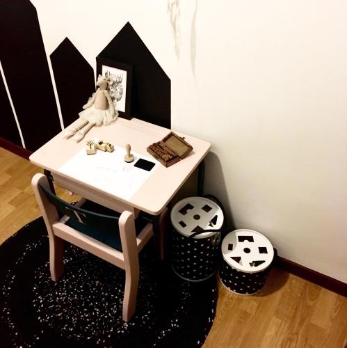 kacik-z-biurkiem-w-pokoju-dzieciecym