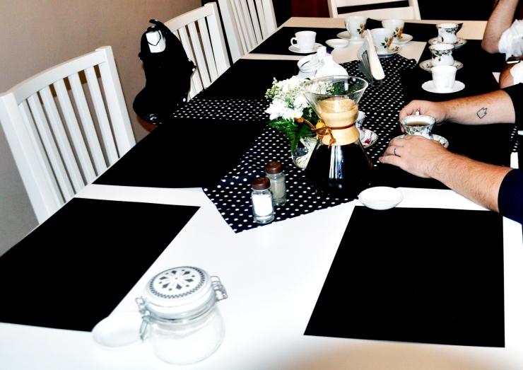 czarne-nakrycie-stolu