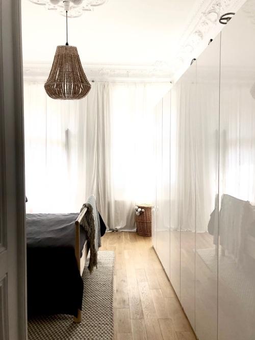 lampa drewniana w sypialni